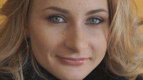 Close-up van het aantrekkelijke jonge tiener glimlachen bij camera stock videobeelden