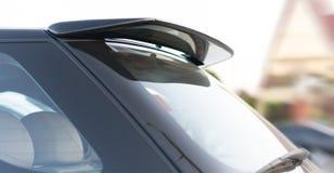 Close-up van het achterdeel van de autospoiler stock fotografie