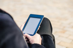 Close-up van het Apparaat die van het de Aanrakingsscherm van de Mensenholding een EBook tonen Stock Afbeeldingen