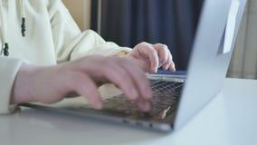 Close-up van het bedrijfsvrouw typen op laptop Het vrouwelijke handen bezige typen op toetsenbord Freelancermeisje die thuis werk stock video