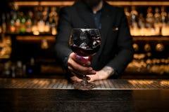 Close-up van het bespatten van alcoholcocktail in glas stock fotografie