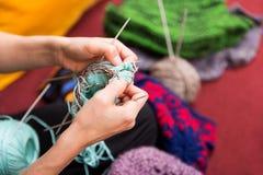 Close-up van het bewerken van handen met wol royalty-vrije stock foto
