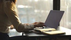 Close-up van het bezige vrouwelijke hand typen op toetsenbord terwijl het zitten op haar werkende plaats in het bureau stock footage