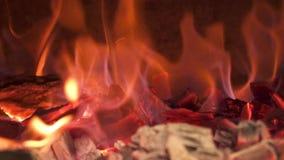 Close-up van het branden van steenkolen in het fornuis Langzame Motie stock video