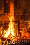 Close-up van het branden van brand in open haard stock afbeeldingen