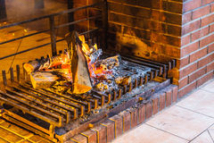 Close-up van het branden van brand in open haard stock foto's