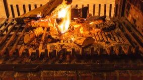 Close-up van het branden van brand in open haard stock afbeelding