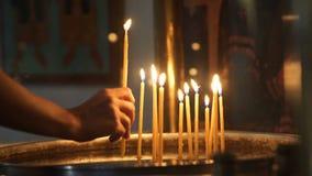 Close-up van het branden van kaarsen in het klooster stock footage