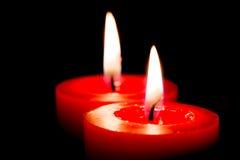 Close-up van het branden van kaarsen op zwarte achtergrond, Kerstmis, holid Stock Fotografie