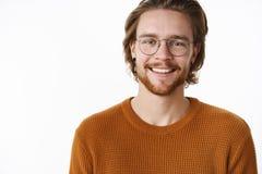 Close-up van het charmeren van charismatisch vriendelijk en gelukkig mannetje met baard en glazen in warme sweater wordt geschote stock foto's