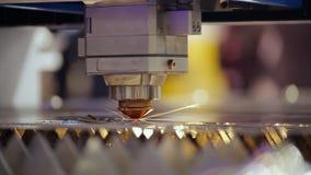 Close-up van het de Robotica de Besnoeiing Geautomatiseerde Proces van de laserlas stock video