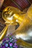 Close-up van het Doen leunen van het Standbeeld van Boedha, Bangkok, Thailand stock afbeelding