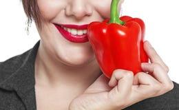 Close-up van het geïsoleerde vrouwengezicht met Spaanse peper stock afbeelding