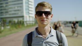 Close-up van het gelukkige jonge mens glimlachen stock video