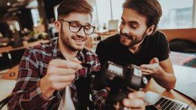 Close-up van het Glimlachen Guy Insert SD-geheugenkaart in camera stock afbeeldingen