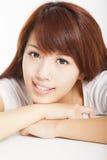 Close-up van het glimlachen het jonge vrouw naar voren gebogen liggen royalty-vrije stock afbeelding