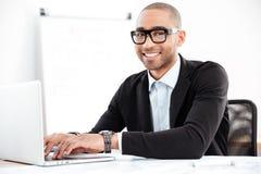 Close-up van het glimlachen het slimme zakenman werken met computer stock foto's