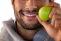 Close-up van het glimlachen van de appel van de mensenholding Stock Afbeelding