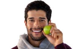 Close-up van het glimlachen van de appel van de mensenholding Royalty-vrije Stock Foto