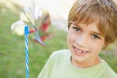 Close-up van het glimlachen van het vuurrad van de jongensholding in park Stock Afbeeldingen