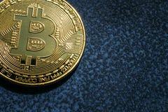 Close-up van het gouden muntstuk van Bitcoin op blauwe achtergrond met exemplaarruimte Royalty-vrije Stock Foto