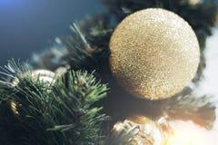 Close-up van het gouden snuisterij hangen van een verfraaide Kerstboom royalty-vrije stock fotografie