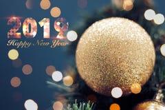 Close-up van het gouden snuisterij hangen van een verfraaide Kerstboom Glanzend gelukkig nieuw jaarconcept met gelukkige nieuwe h royalty-vrije stock foto