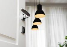 Close-up van het handvat witte moderne deuren van de chroomdeur Lampen en venster Stock Fotografie