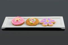 Close-up van het heerlijke koekje van het gemberbrood in dienblad Royalty-vrije Stock Afbeeldingen