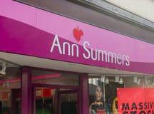 Close-up van het het teken en embleem van Ann Summers boven de ingang van royalty-vrije stock afbeeldingen