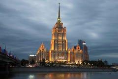 Close-up van het hotel` de Oekraïne ` Radisson het Koninklijke Hotel, bewolkte September-avond moskou Stock Afbeeldingen