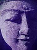 Close-up van het Indische gezicht van het vrouwenstandbeeld met gesloten ogen en ultraviolette schaduwen stock foto