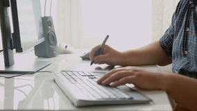 Close-up van het jonge ontwerper werken met tekeningstablet op kantoor wordt geschoten dat stock videobeelden