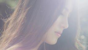 Close-up van het jonge vrouw genieten van stock video