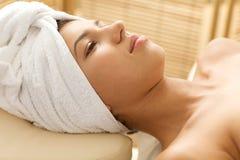 Close-up van het jonge vrouw ontspannen op massagelijst stock afbeelding