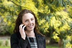Close-up van het jonge vrouw spreken op celtelefoon Royalty-vrije Stock Afbeeldingen