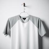 Close-up van het lege witte en grijze katoenen t-shirt hangen in centrum lege concrete muur Ontruim hoogst etiketmodel met Stock Foto's