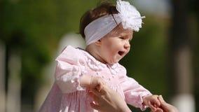 Close-up van het leuke baby-meisje dat en in het park speelt danst stock videobeelden