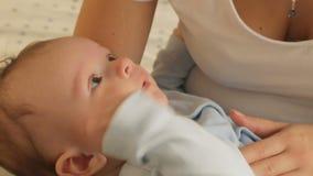 Close-up van het leuke babyjongen vallen wordt geschoten in slaap op moedershanden die stock videobeelden