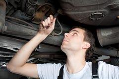 Close-up van het mechanische werken onder auto Stock Afbeelding