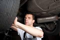 Close-up van het mechanische werken onder auto Stock Fotografie