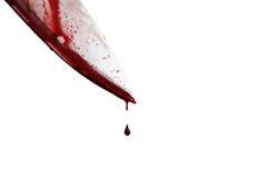 close-up van het mes van de mensenholding met bloed wordt gesmeerd dat en nog dripp stock foto's