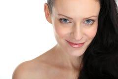 Close-up van het mooie sexy donkerbruine vrouw glimlachen met oogcontact Stock Fotografie