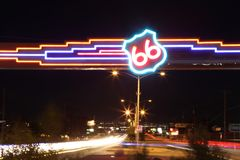 Close-up van het neon en de auto's van Route 66 bij nacht Stock Fotografie