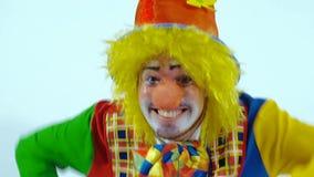 Close-up van het opgewekte mannelijke clown lopen naar de camera en wijd het glimlachen stock video