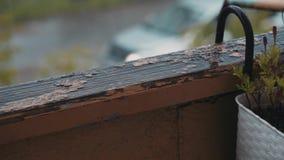 Close-up van het oude balkontraliewerk in zware regen Water overal stock footage