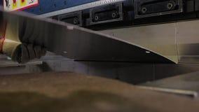 Close-up van het proces van buigende machine Close-up van het mechanisme en het metaalblad evenals de handen van de exploitant stock videobeelden