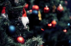 Close-up van het rode snuisterij hangen van een verfraaide Kerstboom Het gelukkige Concept van het Nieuwjaar royalty-vrije stock foto