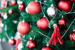 Close-up van het rode snuisterij hangen van een verfraaide Kerstboom H royalty-vrije stock afbeeldingen