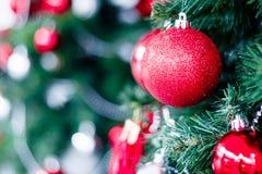 Close-up van het rode snuisterij hangen van een verfraaide Kerstboom H royalty-vrije stock fotografie